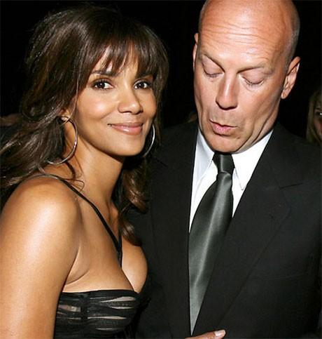 Bruce Willis a l air captive par son decollete :p - bruce willis matte