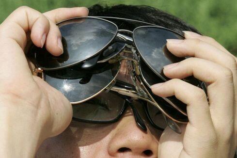 http://fun.pics.free.fr/pics/large/plusieurs-lunette-de-soleil-pour-regarder-une-eclipse-protection-des-yeux-pendant-une-eclipse-de-soleil.jpg